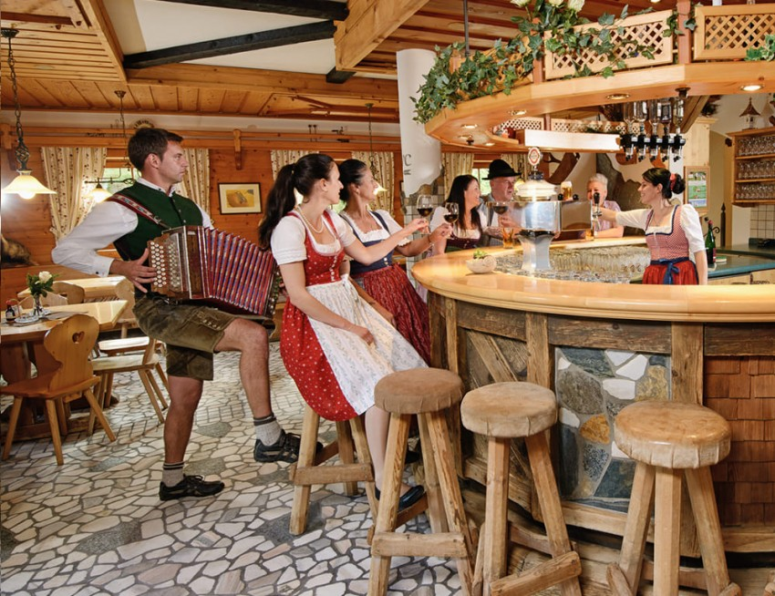 Lustiger Barbetrieb in der Dikt'n Alm in Obertauern